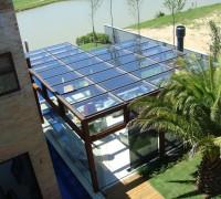 Cobertura e fechamento residencial Cobertura e fechamento de sala de estar em perfis de aço corten e vidro
