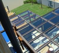 Cobertura e fechamento residencial II Cobertura e fechamento de sala de estar em perfis de aço carbono e vidro