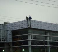 Montagem de estrutura metálica para fachada